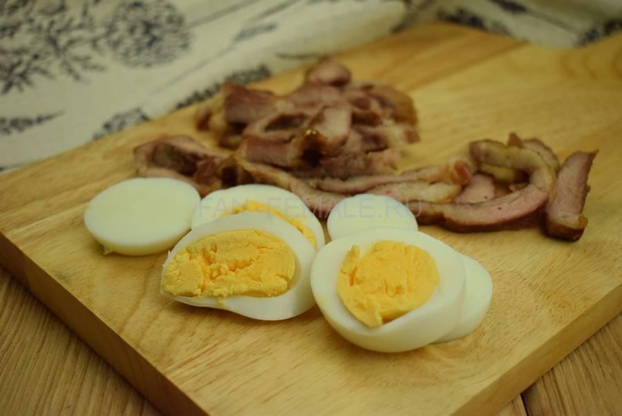 Приготовление сэндвича с жареной свининой, салатом, яйцом, шаг 3