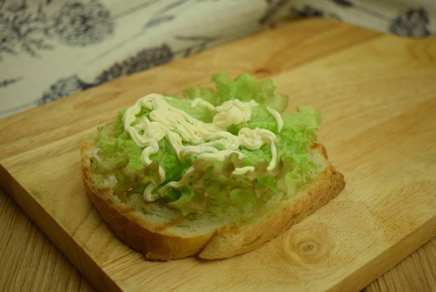 Приготовление сэндвича с жареной свининой, салатом, яйцом, шаг 5