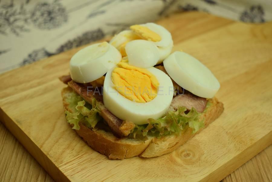 Приготовление сэндвича с жареной свининой, салатом, яйцом, шаг 7