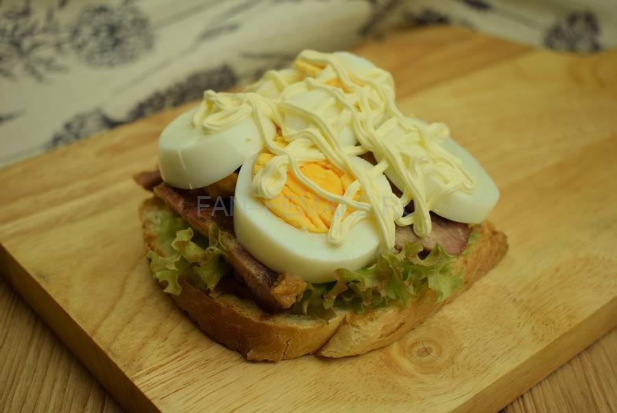 Приготовление сэндвича с жареной свининой, салатом, яйцом, шаг 8