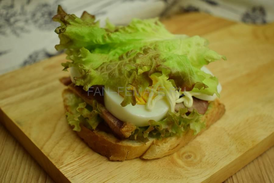 Приготовление сэндвича с жареной свининой, салатом, яйцом, шаг 9