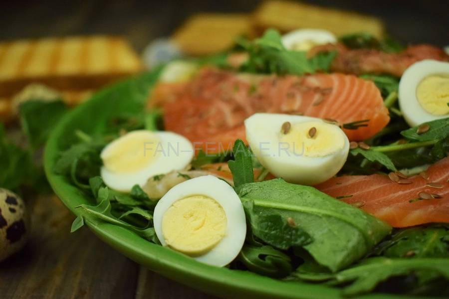 Рукола с семгой, перепелиными яйцами, семенами льна, соусом с орегано