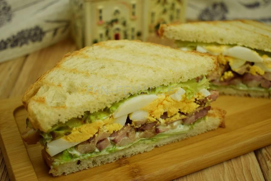 Сэндвичи из пшеничного хлеба, свинины, яйца и салата