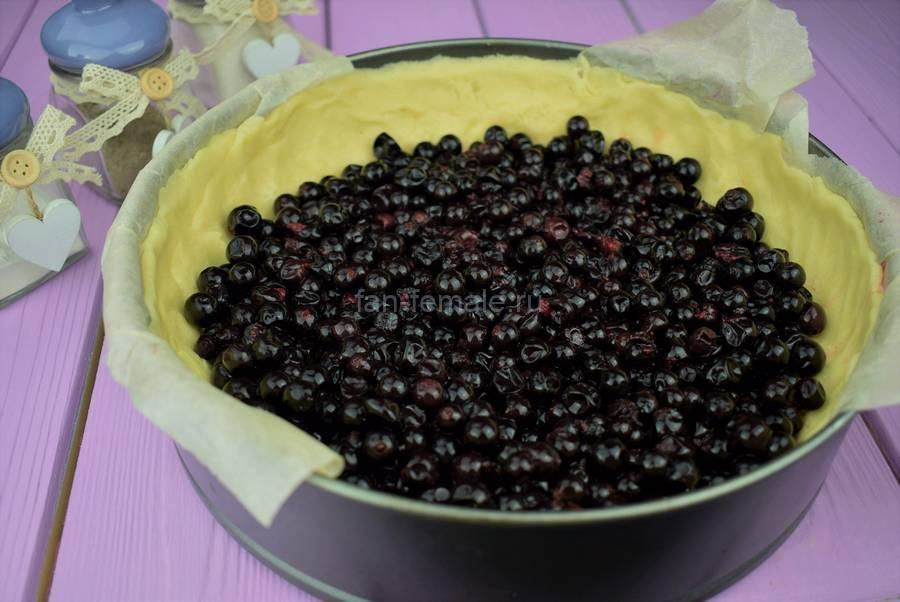 Приготовление пирога из двух видов теста с черной смородиной, шаг 4