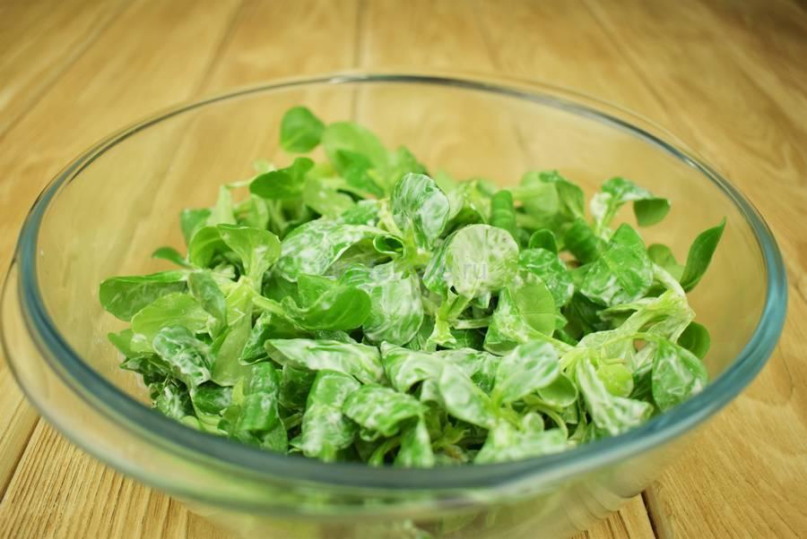 Приготовление салата с семгой, перепелиными яйцами, каперсами, семенами льна, шаг 3