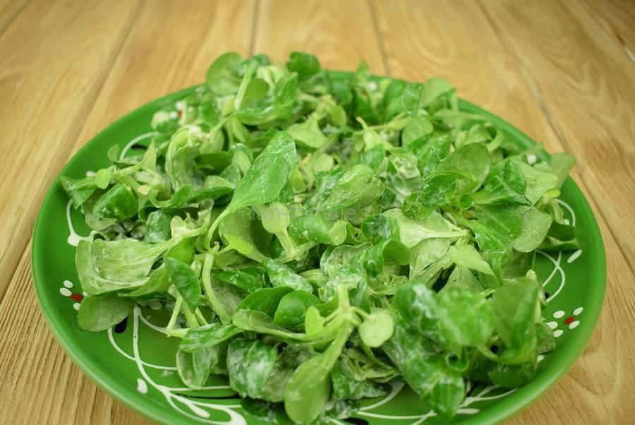 Приготовление салата с семгой, перепелиными яйцами, каперсами, семенами льна, шаг 4