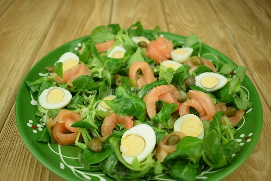 Приготовление салата с семгой, перепелиными яйцами, каперсами, семенами льна, шаг 7