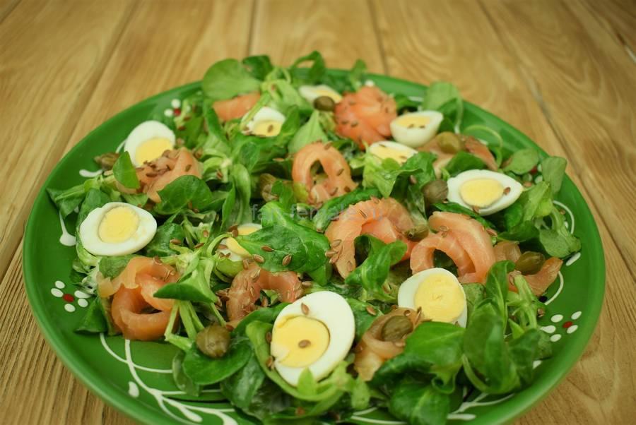 Приготовление салата с семгой, перепелиными яйцами, каперсами, семенами льна, шаг 8