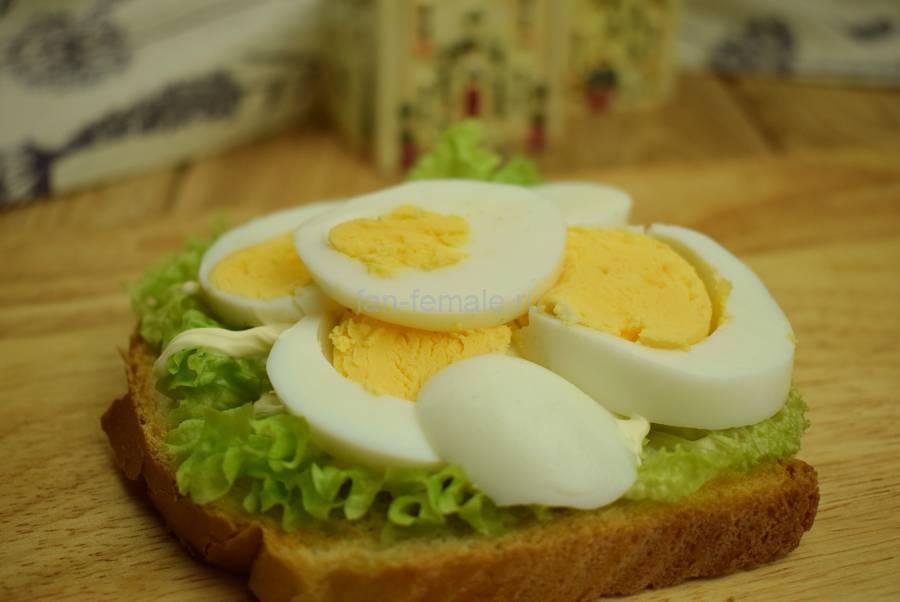 Приготовление сэндвичей с семгой, яйцом, салатом, майонезом, шаг 3