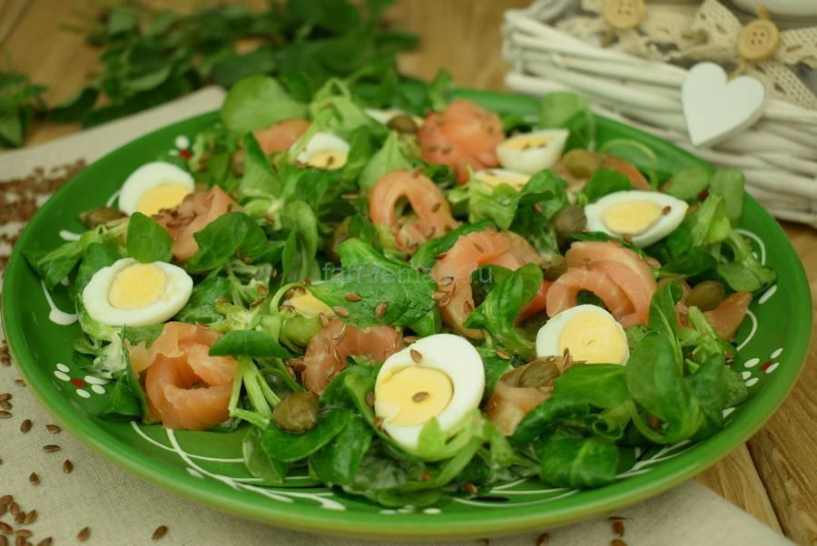 Салат с семгой, перепелиными яйцами, каперсами, семенами льна