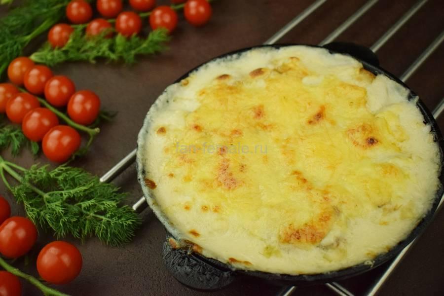 Свиная вырезка с картофелем и грибами, запеченная в сливочном соусе
