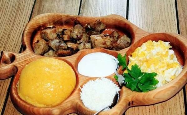 Мамалыга с мясом и брынзой