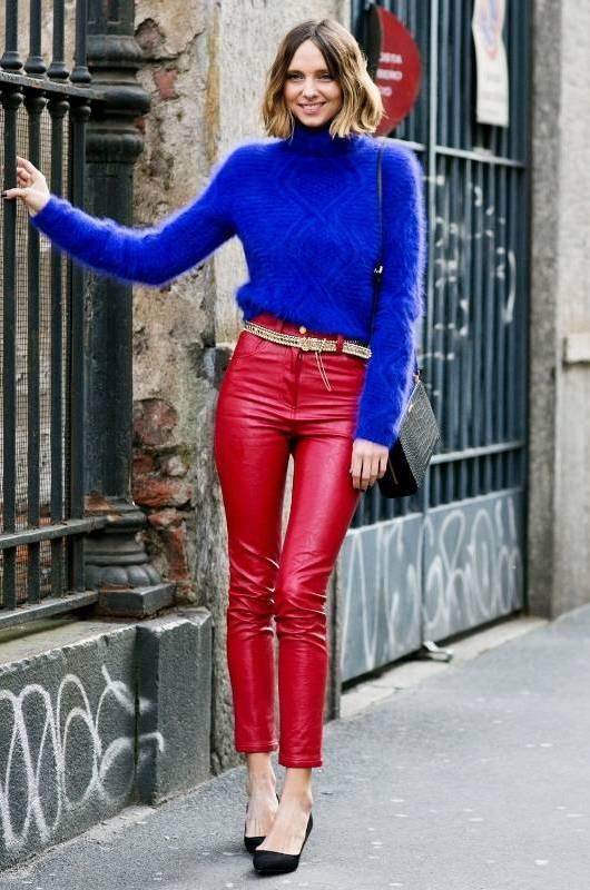Свитер с кожаными брюками