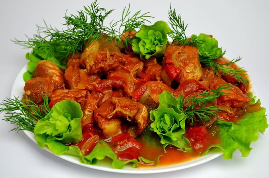 Приготовленный в мультиварке хек в томатном соусе
