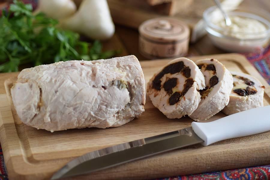 Куриный рулет с сыром и черносливом