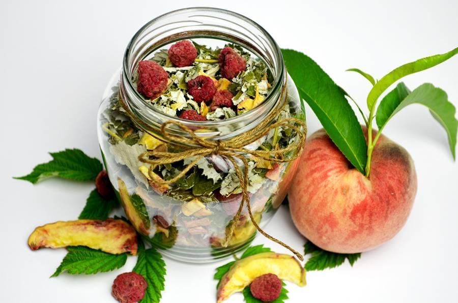 Вкусный чай из персика и малины