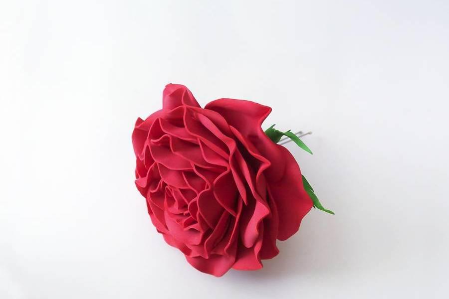 Шпилька с красной розой из фоамирана