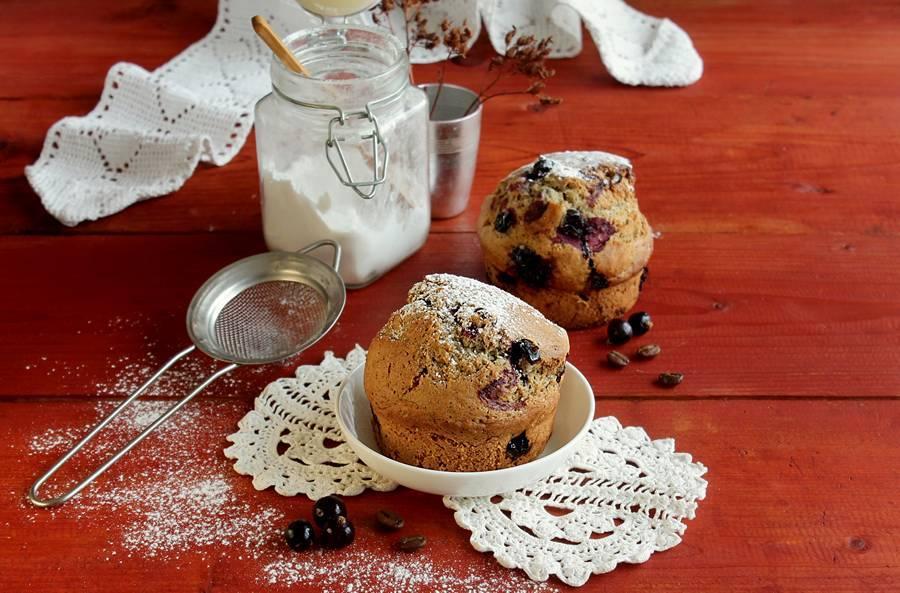 Кофейные кексы с черной смородиной