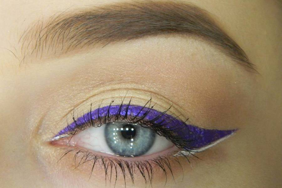 Простой макияж с широкой декоративной стрелкой