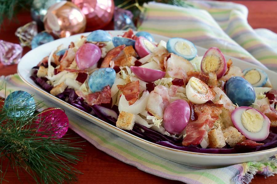 Салат с беконом и перепелиными яйцами
