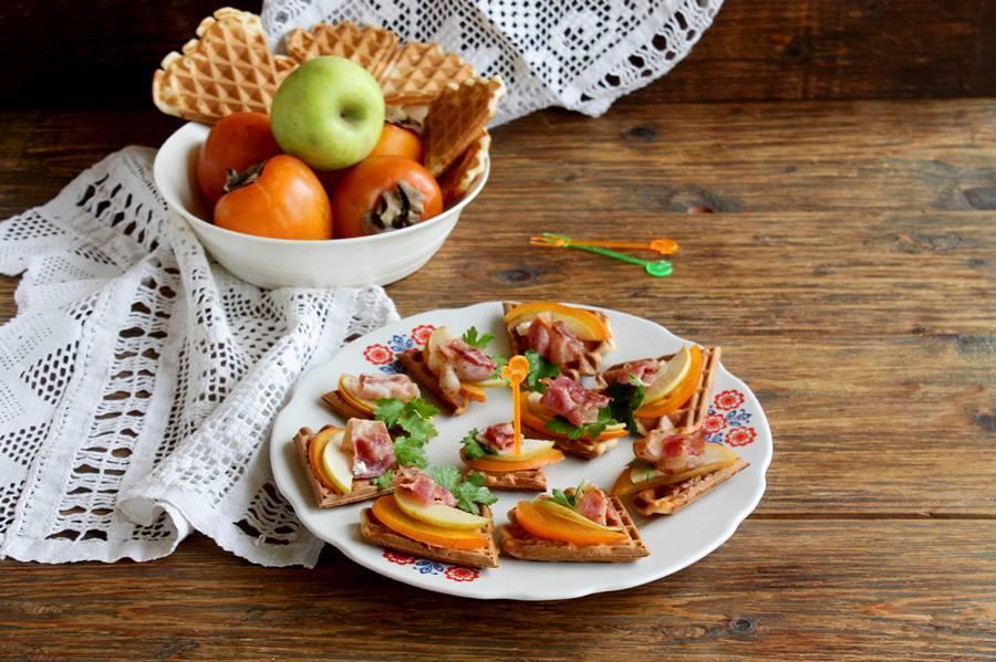 Закуска из вафель с беконом и фруктами
