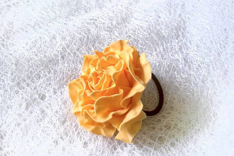 Чайная роза из фоамирана на резинке для волос