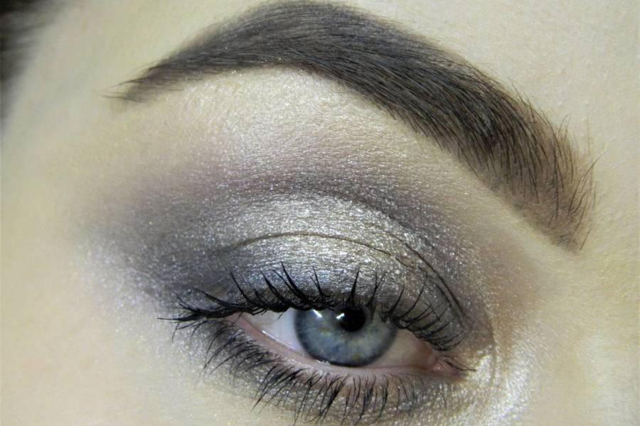 Сияющий макияж в серых тонах